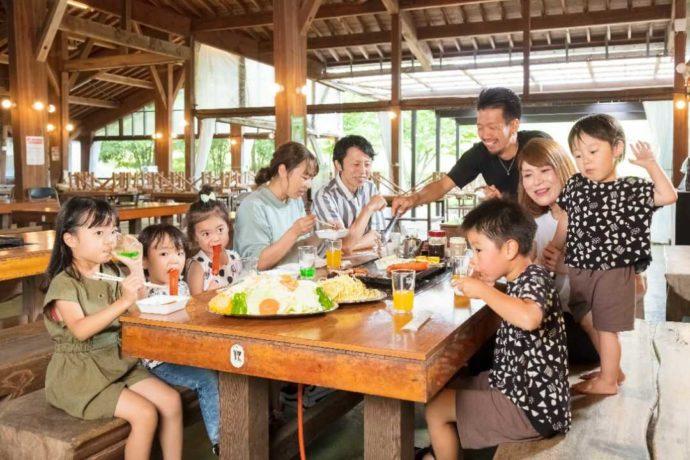 雨天対応のBBQハウスでBBQを楽しむ家族と子どもたち