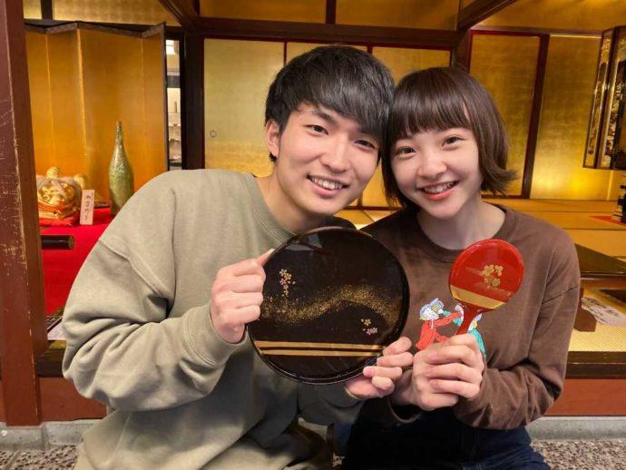 加賀 伝統工芸村 ゆのくにの森で伝統工芸体験をして喜ぶカップル