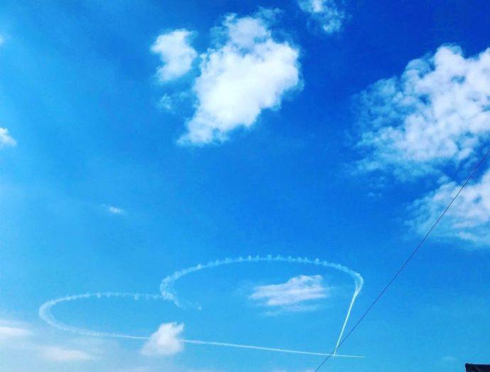 ゆのくにの森近くの小松空港の航空祭で描かれたハート型のひこうき雲