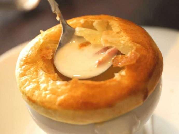 香川県高松市にある「THE CHELSEA」で人気のあるパイ包み焼きのスープ