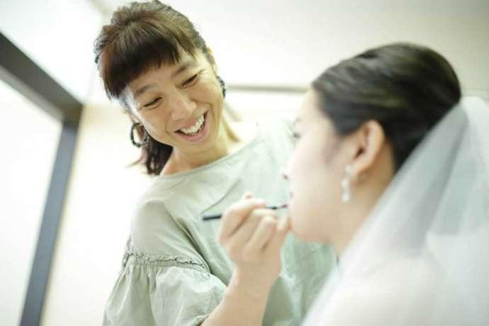 香川県高松市にある「THE CHELSEA」のヘアメイクの様子