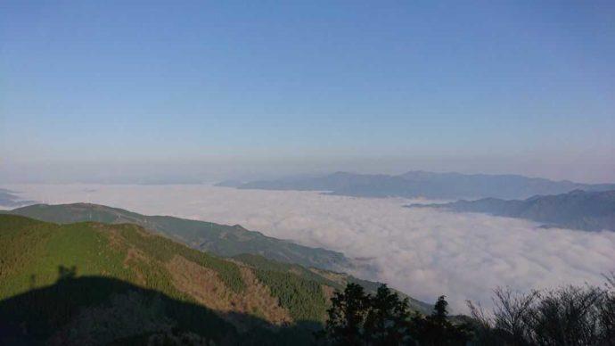 青空が映える梶ヶ森の雲海