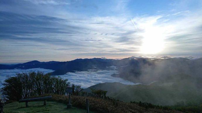梶ヶ森で見られる雲海と太陽