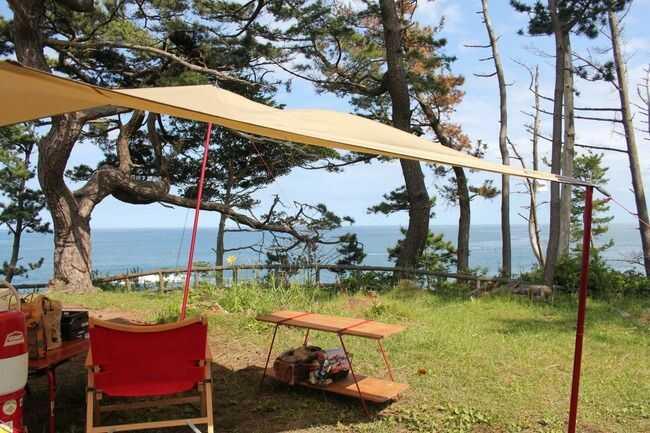 宮城県本吉郡にある神割崎キャンプ場のフリーサイトで海風を楽しむ様子