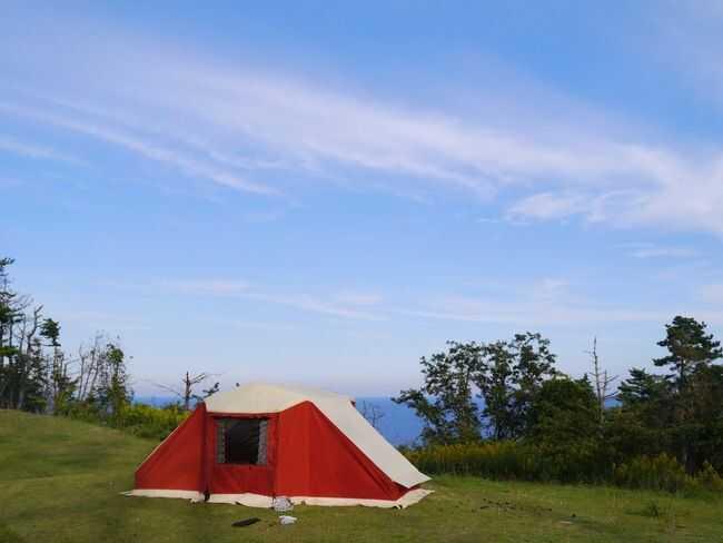 宮城県本吉郡にある神割崎キャンプ場に設営された赤いテント