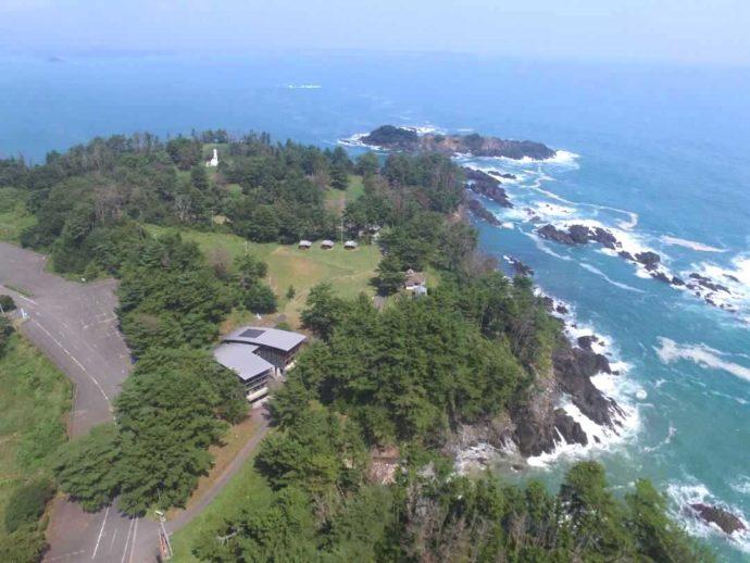 宮城県本吉郡にある神割崎キャンプ場を上空から眺めた様子