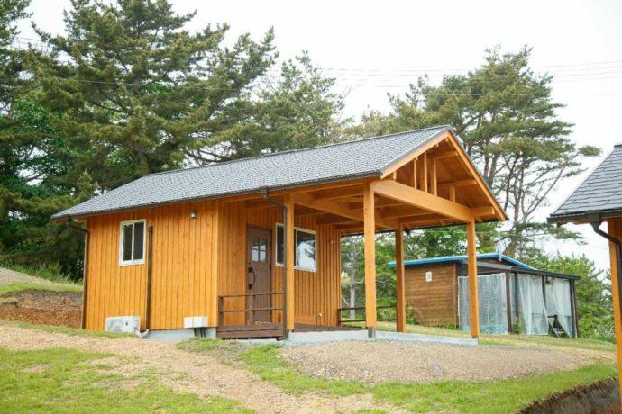 宮城県本吉郡にある神割崎キャンプ場のログキャビンの外観