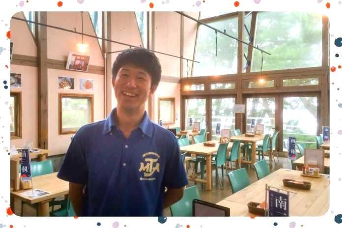 宮城県本吉郡にある神割崎キャンプ場でレストランを案内するスタッフ