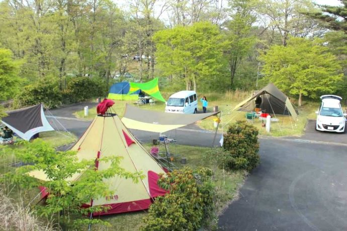 宮城県本吉郡にある神割崎キャンプ場のオートサイトが賑わう様子