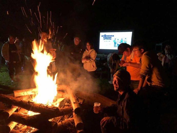 宮城県本吉郡にある神割崎キャンプ場で開催されたイベント・寝袋シネマの様子