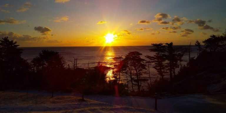 宮城県本吉郡にある神割崎キャンプ場から眺めた日の出