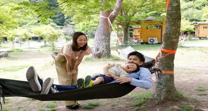 かもしかオートキャンプ場でハンモックで遊ぶ家族