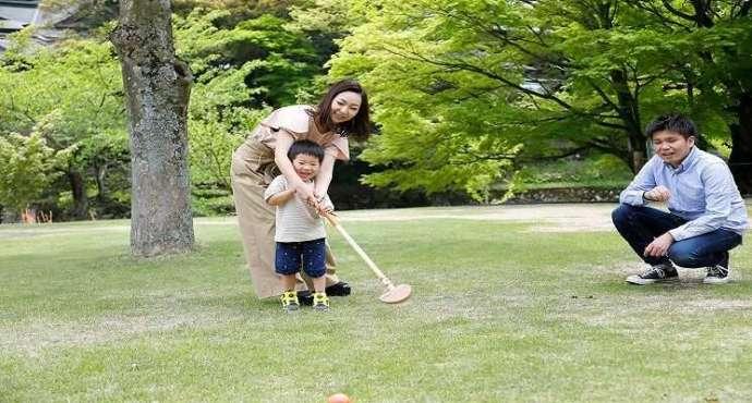 かもしかオートキャンプ場のグランドゴルフ場で遊ぶ親子