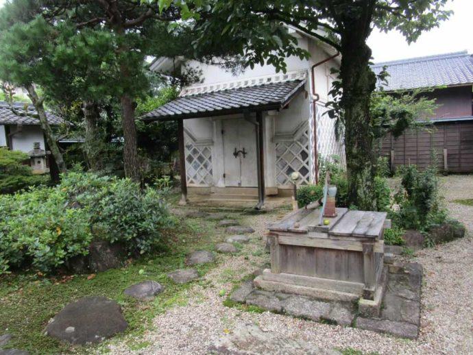 中山道ひし屋資料館の庭にある蔵