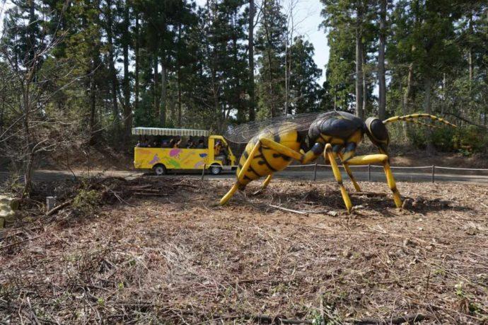 巨大昆虫冒険ツアー参加中の車と巨大アリ