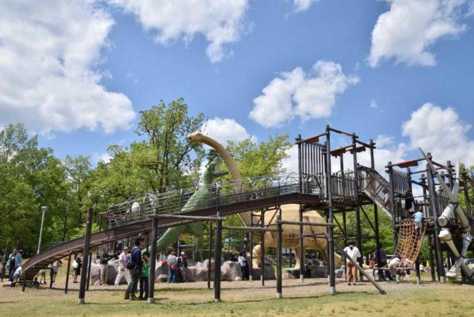 ティラノサウルス広場で遊ぶ家族連れ
