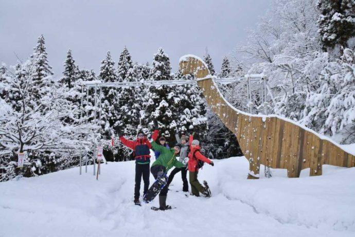 福井県にある「かつやま恐竜の森」で冬に楽しめる「スノーシュー」