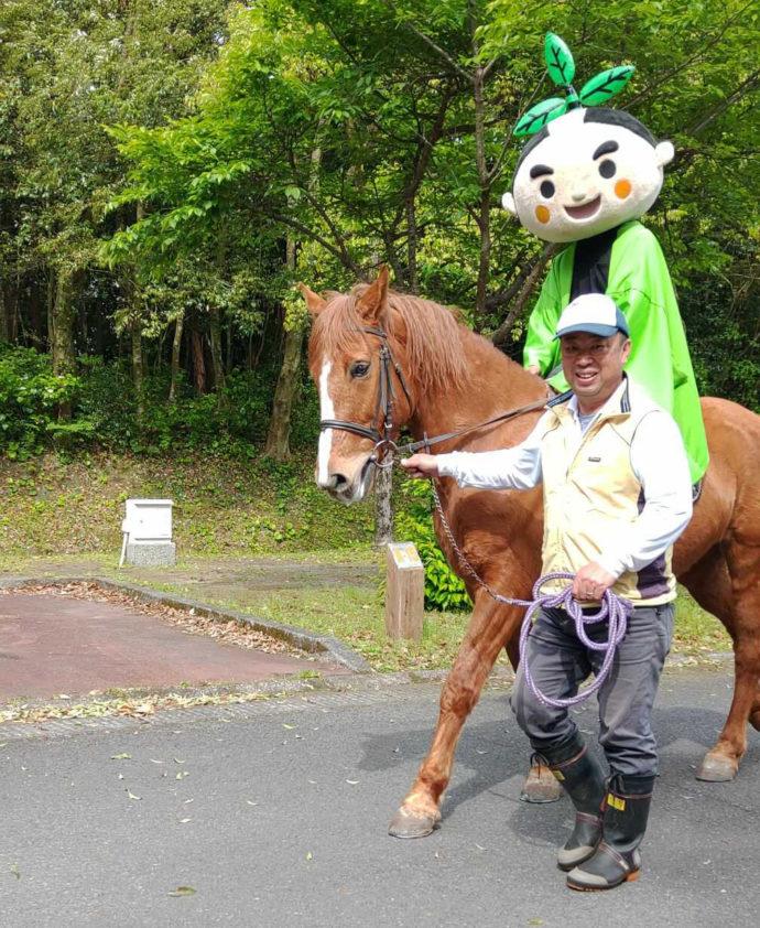 オートキャンプ森のかわなべで馬とふれあう