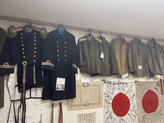 「剣淵町郷土資料館」に展示されている屯田兵の軍服や国旗に書かれた寄せ書きなど