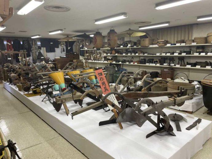 「剣淵町郷土資料館」に展示されている昔の畑作用具
