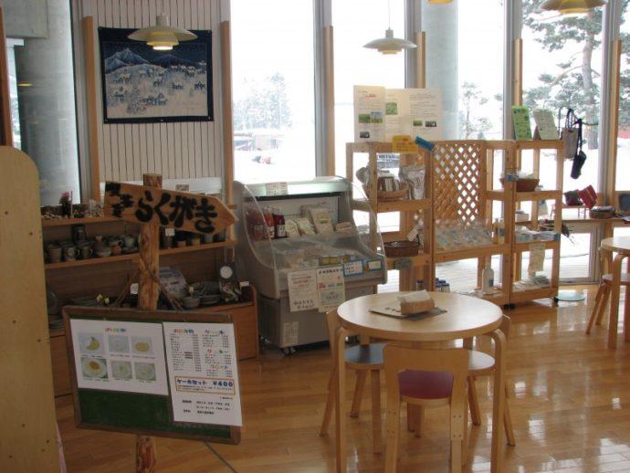 「絵本の館」の中にある喫茶「らくがき」の店内風景