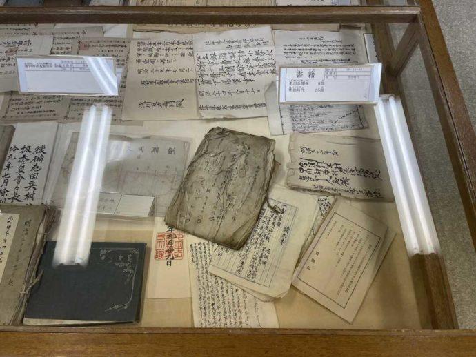 「剣淵町郷土資料館」に展示されている昔読まれていた複数の書籍
