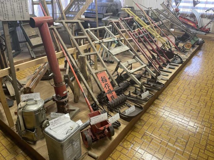 「剣淵町郷土資料館」に展示されている昔の稲作用具の数々