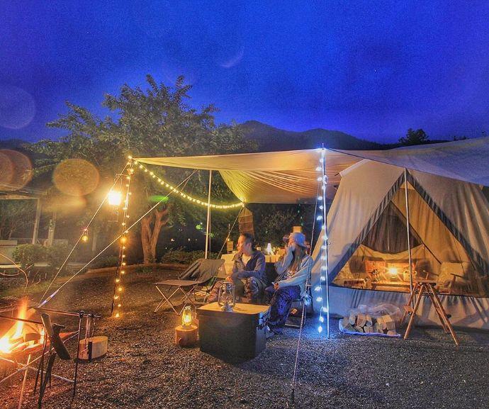 ケニーズ・ファミリー・ビレッジキャンプ場でおしゃれキャンプを楽しむカップル