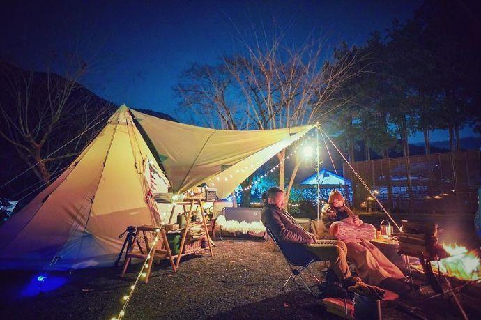 ケニーズ・ファミリー・ビレッジキャンプ場でカップルに人気のテントサイトの様子