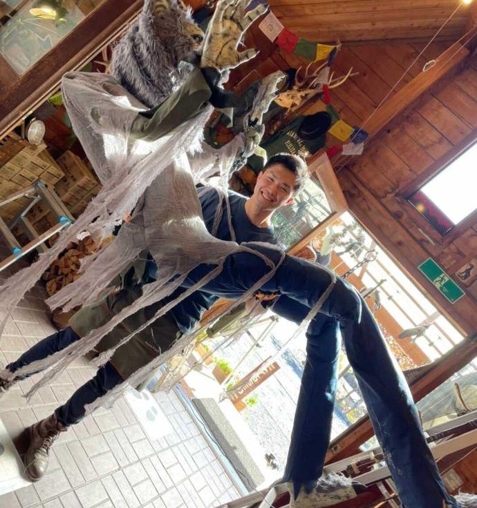 ハロウィンの飾り付けをするケニーズ・ファミリー・ビレッジ/オートキャンプ場のスタッフ