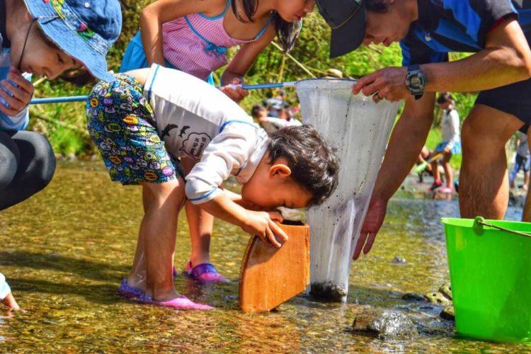 ケニーズ・ファミリー・ビレッジ/オートキャンプ場で水中を観察する人々