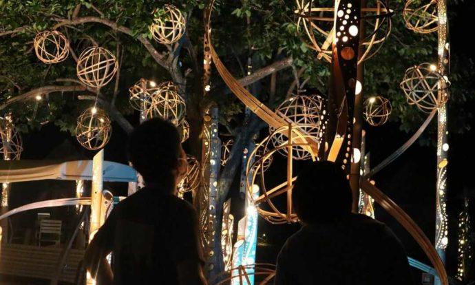 KIBOTCHAの竹あかりイルミネーションを見るカップル