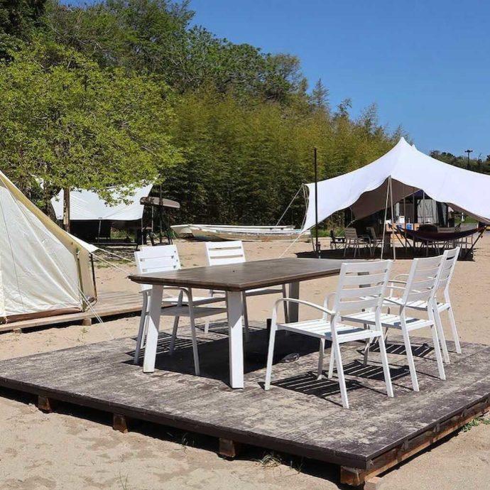 KIBOTCHAの砂浜で楽しめるグランピングの野外ベンチ