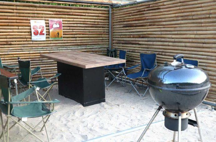 KIBOTCHAでは海岸の砂でできた砂浜でバーベキューができる