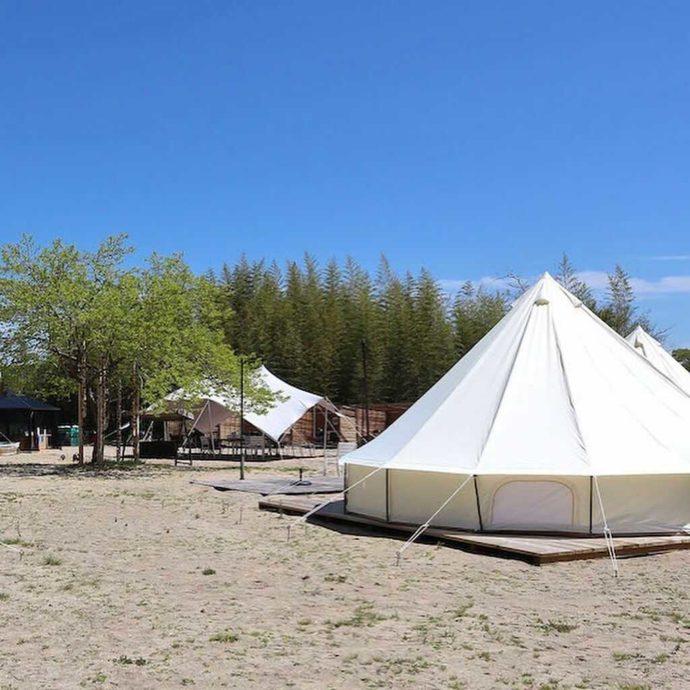KIBOTCHAの砂浜にあるグランピング施設の様子