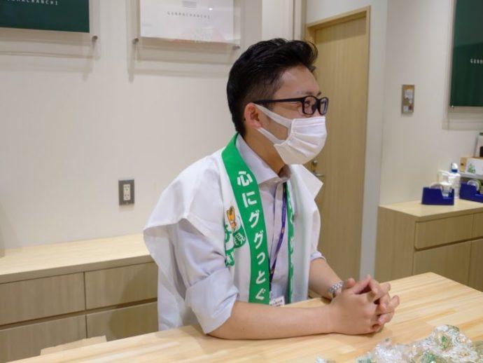 アンテナショップデートインタビューに答える飯塚さん