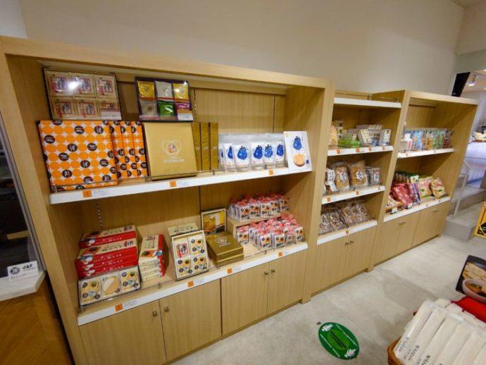 東京にある「ぐんまちゃん家」のお菓子コーナー