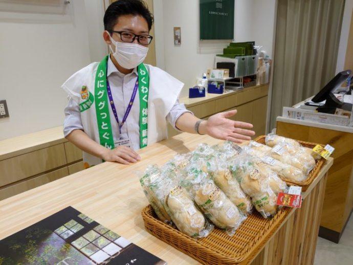 群馬県ご当地パンの「みそパン」をおすすめ中の飯塚さん