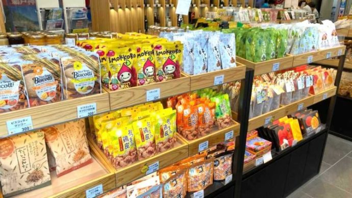 新宿みやざき館KONNE1階のお菓子コーナー