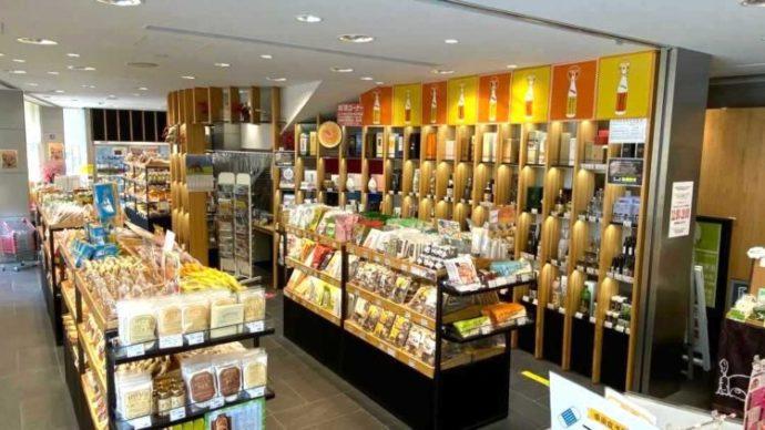たくさんの商品が並ぶ新宿みやざき館KONNE1階