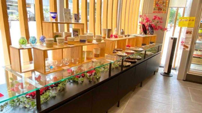 新宿みやざき館KONNE1階の工芸コーナーでコップが並ぶ様子