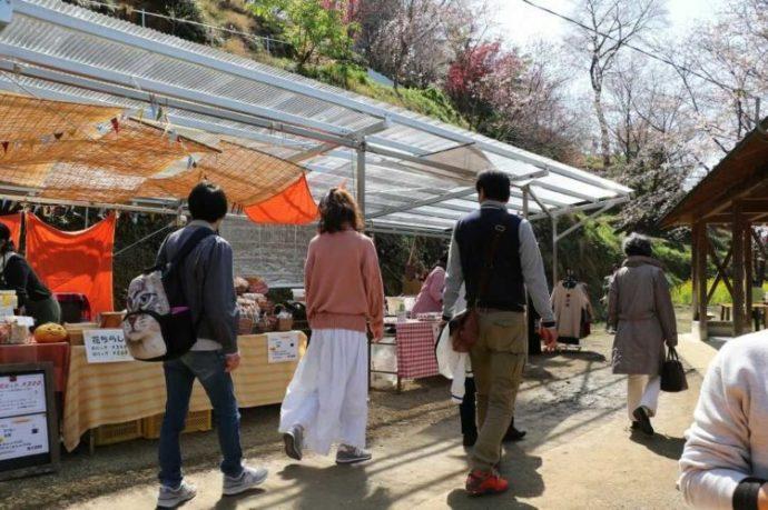 西川花祭り開催中の出店と複数の観光客