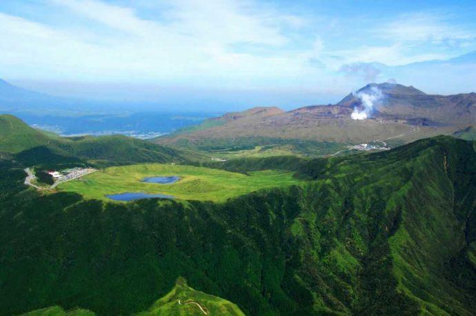 熊本県の草千里と中岳火口