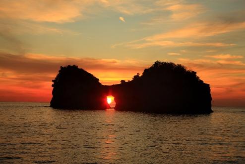 京都大学白浜水族館付近の円月島の夕暮れ