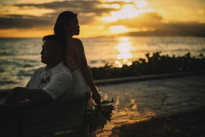 ハワイのサンセットでたそがれる花嫁