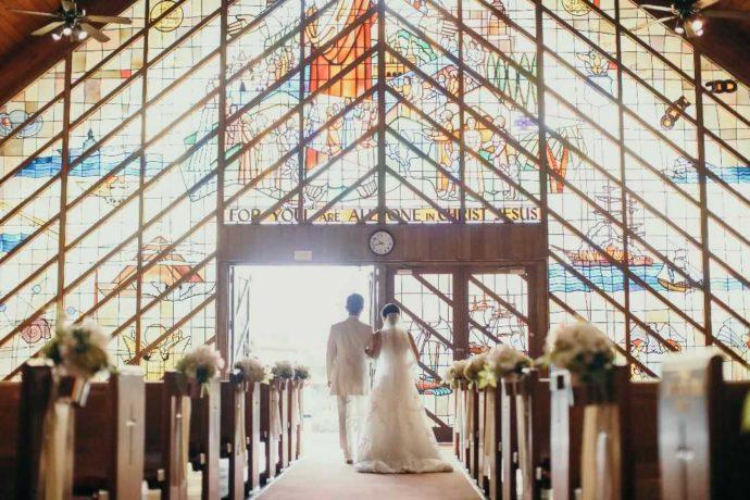 ステンドグラスが美しいチャペルでのハワイ婚