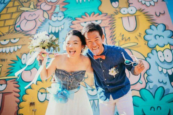 リノハワイでカジュアルスタイルの結婚式をする新郎新婦
