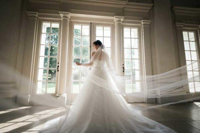 リノハワイでの結婚式で純白のドレスを着る花嫁