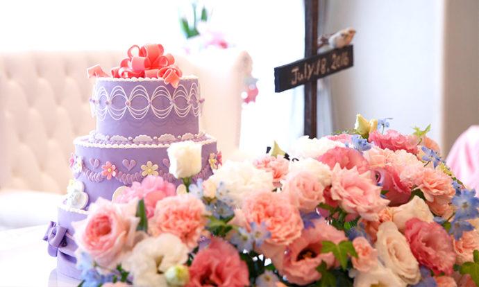 ウェディングケーキと卓上花