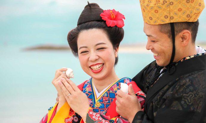 伝統的な琉球挙式の衣装を身に着けた新郎新婦